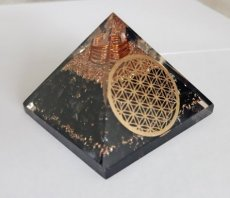 Orgonite piramide Zwarte Toermalijn (met Flower of Life) - 55-60 mm